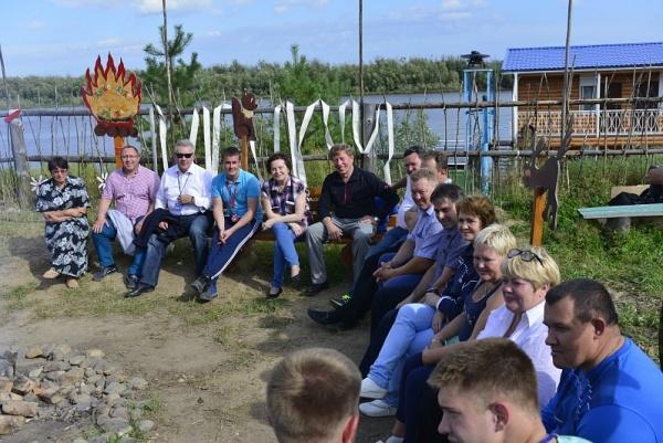 Комарова прыгнула втолпу людей, выкрикивая предвыборные девизы