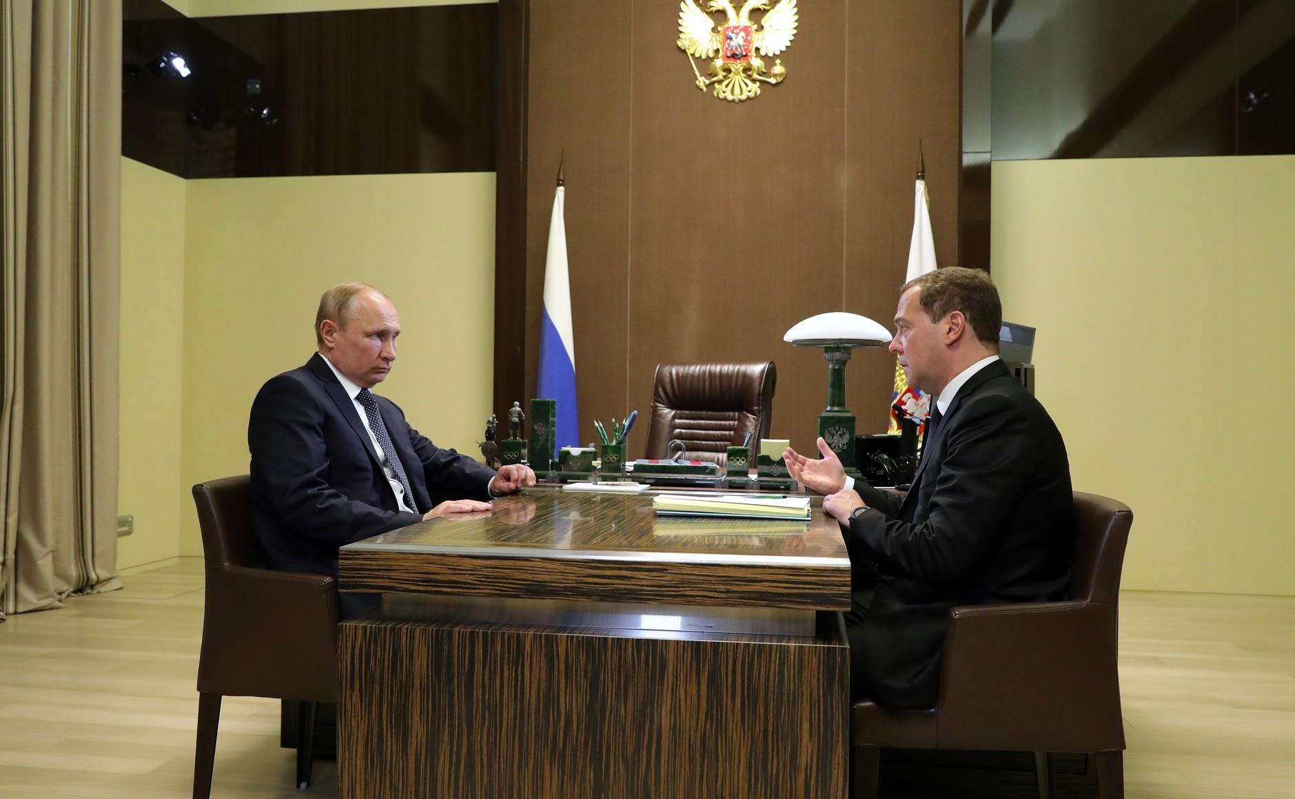Медведев предложил заменить Минобрнауки двумя ведомствами
