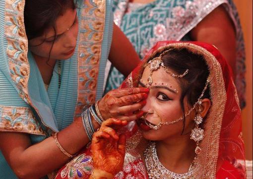 Невеста готовится к свадебной церемонии в местном храме