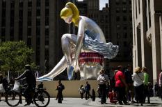 Скульптура в центре Нью-Йорка копирует советскую статуэтку