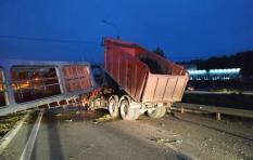 На трассе М-5 под Екатеринбургом надземный пешеходник упал прямо на кабину водителя