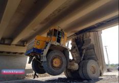 На Урале тягач протаранил автомобильный мост (фото)