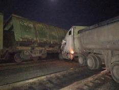 На Урале тягач протаранил железнодорожный состав (фото)