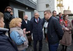 глава Челябинской области Алексей Текслер (справа) и и.о.министра строительства региона Виктор Тупикин (в центре)