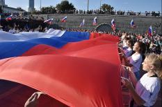 Огромный триколор развернули в центре Екатеринбурга (фото)