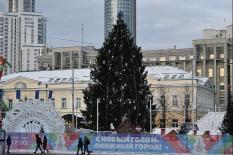 Главная елка Урала ожила (фото)