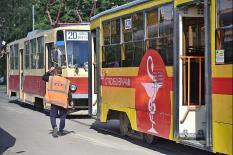 «Спасибо врачам»: на улицах уральской столицы появились тематические вагоны (фото)