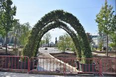 На площади 1905 года создают зеленый оазис вместо парковки (фото)
