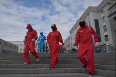 В преддверии масочного режима свердловские волонтеры начали раздачу масок (фото)