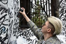 Покрас Лампас вместе с екатеринбуржцами восстановил испорченную вандалами работу (фото)