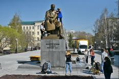 Студенты помыли памятник Попову в честь Дня радио (фото)