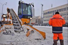 В уральской столице продолжается борьба с последствиями снегопадов (фото)