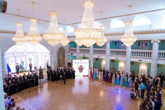 Лучшие выпускники школ Екатеринбурга стали участниками Императорского бала