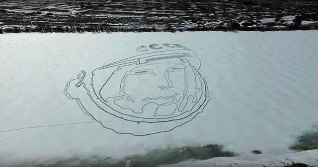 На льду нарисовали портрет Юрия Гагарина