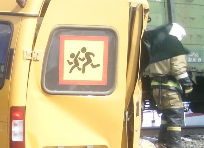 В Омской области поезд протаранил микроавтобус со школьниками