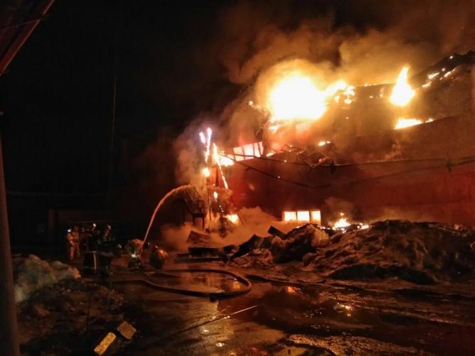 Ночью в Тюмени горел аккумуляторный завод