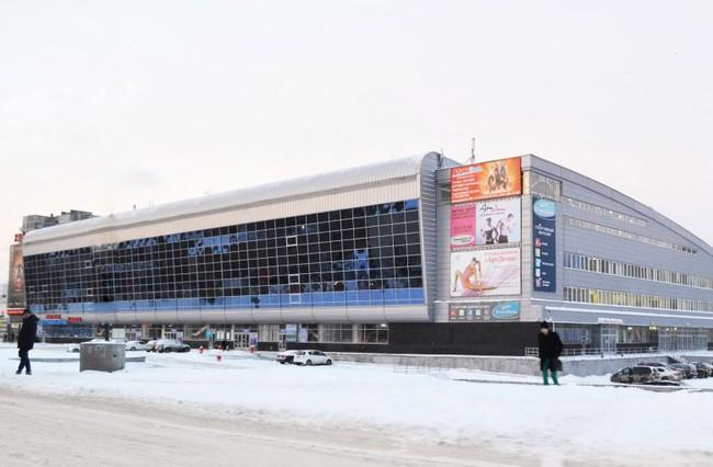 Горит дворец спорта Уралец
