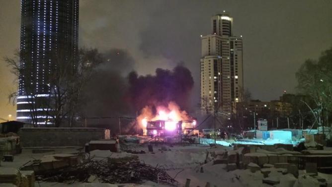 Ночью в Екатеринбурге возле башни «Исеть» произошёл крупный пожар