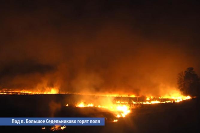 На Урале рядом с деревней Большое Седельниково горят поля