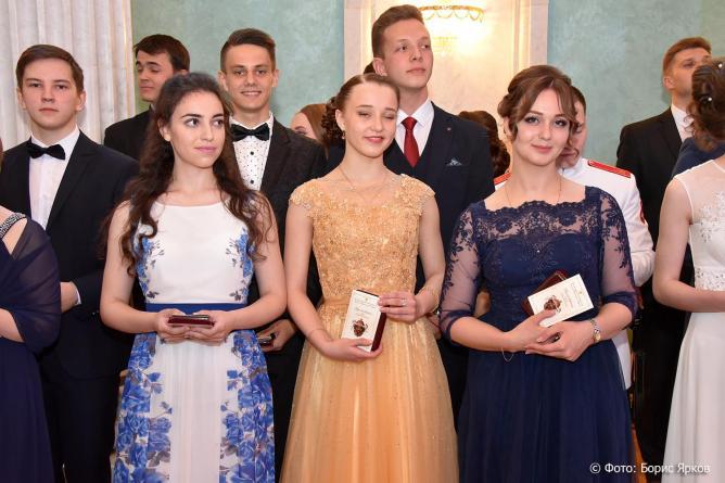 На Императорском балу в Екатеринбурге выпускников школ наградили медалями «Преуспевающему»