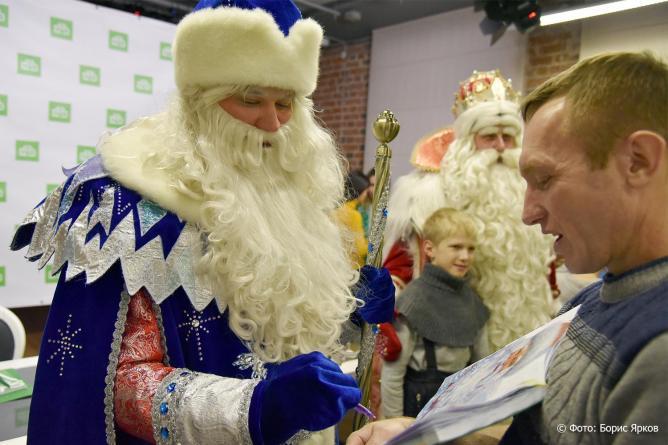 Уральский Дед Мороз раздает не только подарки и знаки качества, но автографы