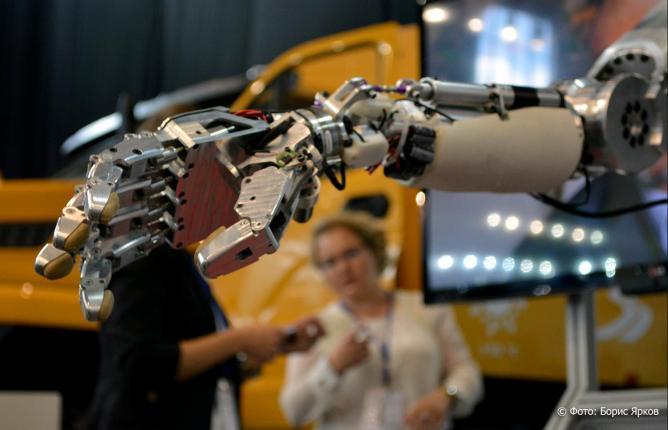 Роботизированная рука ощупывает первые предметы