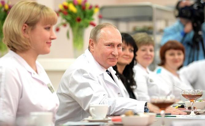 Путин пообещал врачам рост зарплат