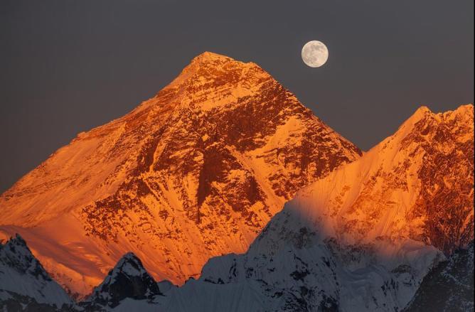 Российская экспедиция отправится на Эверест для капсулирования погибших альпинистов