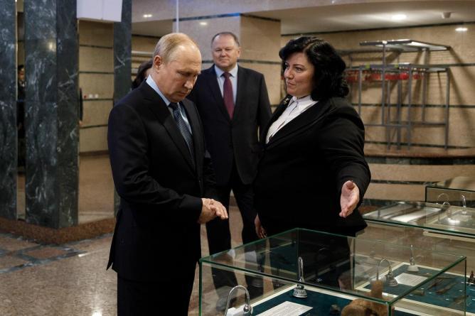 Путину подарили в Югре пояс охотника, оберегающий от злых духов