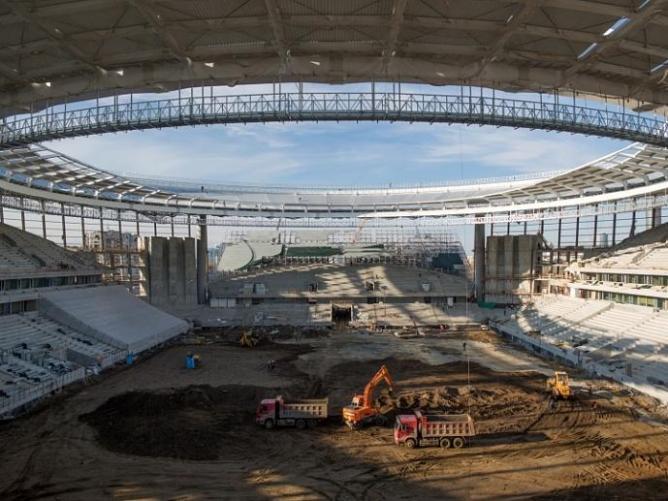 На Центральном стадионе Екатеринбурга начали готовить футбольное поле